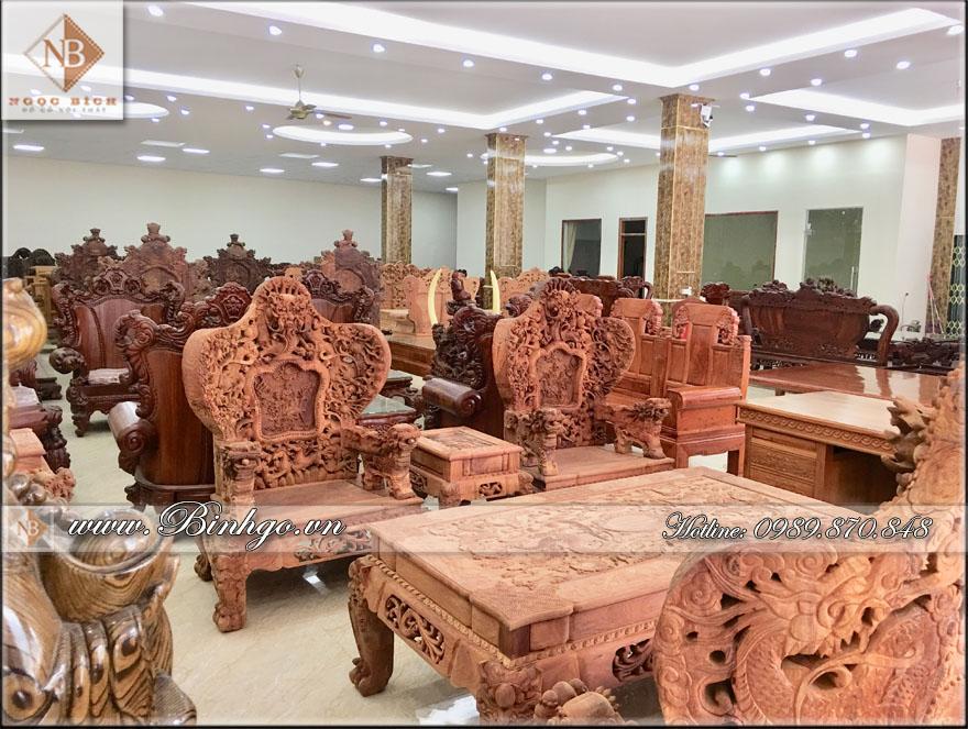 Showroom Đồ Gỗ Mỹ Nghệ Ngọc Bích (Cơ sở 1), có 2 sàn mối sàn 1000m2. Trưng bày nhiều mặt hàng đồ gỗ quý hiếm.