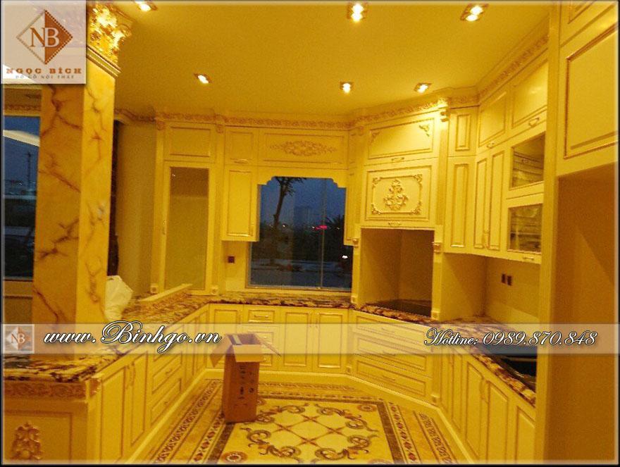 Phòng Bếp - nội thất biệt thự Tân Cổ Điển - Sơn trắng, trên Chất liệu gỗ Sồi. Bề Mặt được Dát Vàng công nghệ