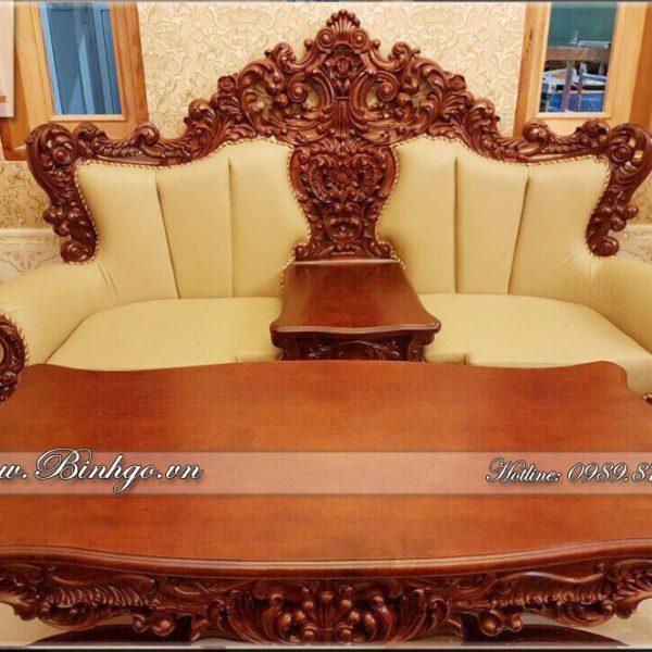 Ghế dài ( ghế 3 chỗ ngồi ) bộ sofa tân cổ điển gõ Gõ Đỏ, được chạm khắc rất tinh xảo, kỳ công. Mặt ghế, tựa và tay được bộc da.