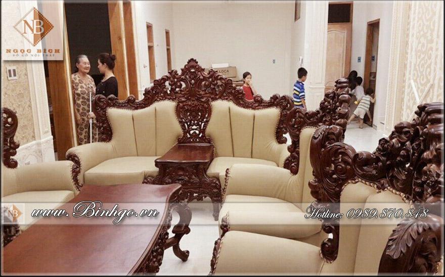 Bộ sofa tân cổ điển gõ Gõ Đỏ, được chạm khắc rất tinh xảo, kỳ công. Mặt ghế, tựa và tay được bộc da.