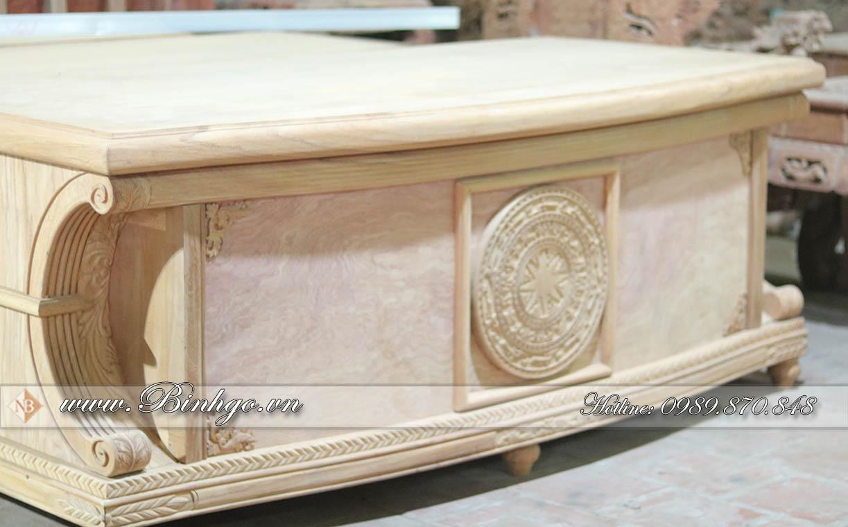 Bàn Giám Đốc Mẫu Bàn Cong - là Mẫu Bàn Giám Đốc đẹp được làm bằng Gỗ Gõ Đỏ kết hợ mặt tiền là Hương Đá. Toàn Bộ khung bàn đều là gỗ nguyên khối dày 7cm và 6cm, tạo cảm giác như một khối mặt nguyên.