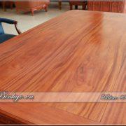 Mặt bàn làm việc mẫu sơn thủy. Chất liệu gỗ Gõ Đỏ siêu vip. Vân gỗ Gõ Đỏ trên được tuyển chọn rất kỹ.