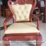 Ghế lãnh đạo gỗ tự nhiên/ hay ghế chủ tọa gỗ tự nhiên. Thiết kế theo phong cách Cổ điển. Nó phù hợp với các mẫu bàn gỗ tự nhiên và có phong cách Tân cổ hoặc cổ điển. Ghế được thiết kế rất vững chắc theo đúng nghĩa của nó.