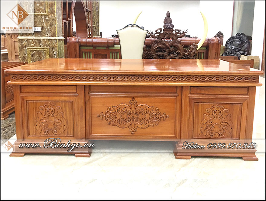 Phía trước bàn làm việc, được trang trí bằng 3 họa tiết hoa lá tây, được các người thợ có tay nghề cao làm tỷ mỷ bằng tay công đoạn hoàn thiện. Với chất liệu sơn Imchem cao cấp bậc nhất hiện nay.