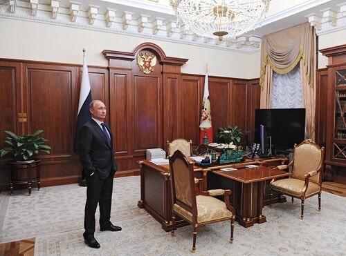 hình ảnh Tổng thống Putin trong phòng làm việc của Tổng thống Nga