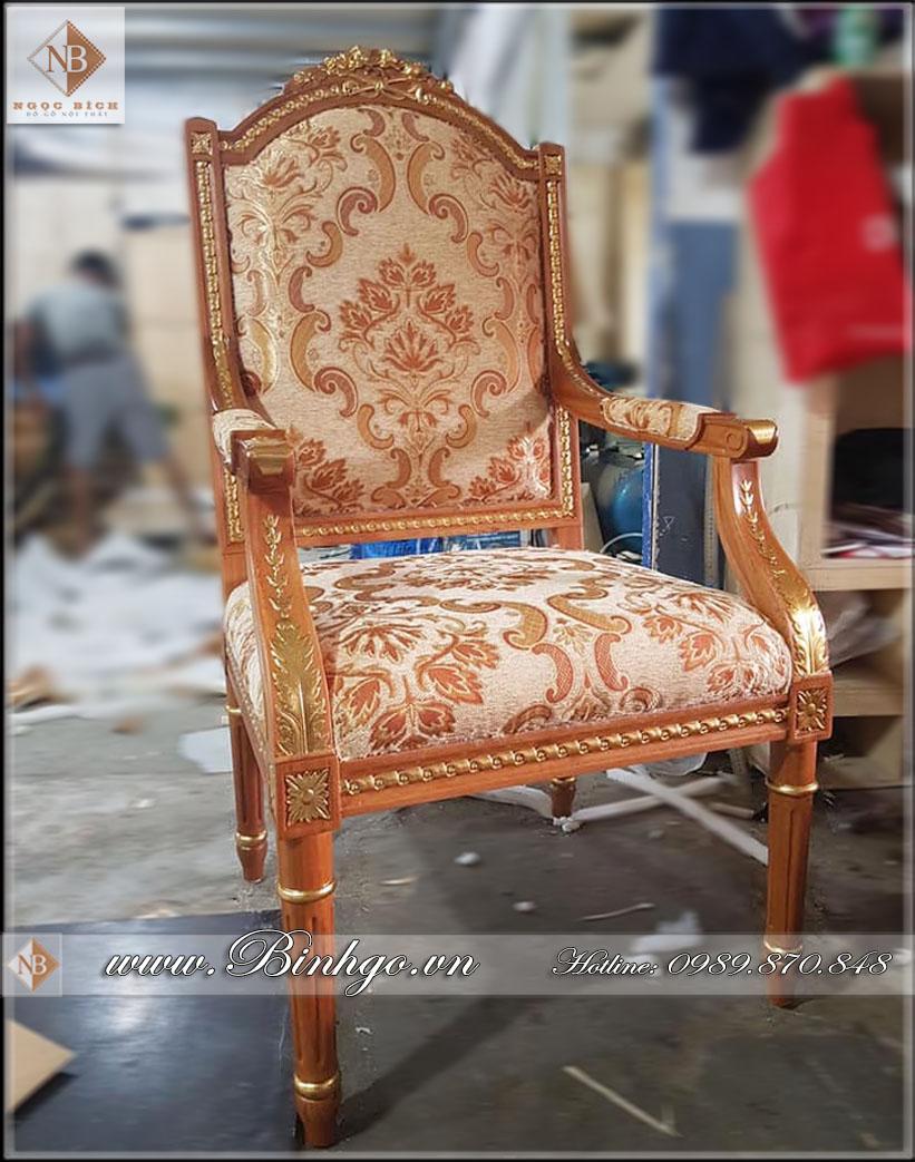 Ghế làm việc được thiết kế mô phỏng theo Style của ghế làm việc của tổng thống Putin. Ghế được làm bằng chất liệu Gỗ Gõ Đỏ cao cấp, sơn Pu dát Vàng 18k tạo điểm nhấn ở các họa tiết trang trí.