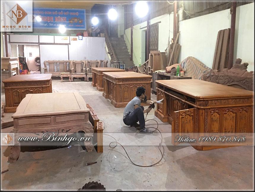 hình ảnh tại phân xưởng số 2 ( xưởng sơn Ngọc Bích ) các bàn làm việc gỗ tự nhiên được phun sơn tại xưởng sơn của Ngọc Bích. chuẩn bị xong công đoạn hoàn thiện sản phẩm bàn làm việc gỗ tự nhiên