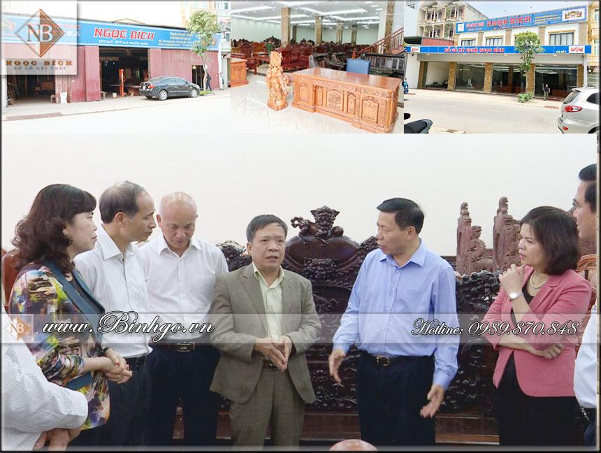hình ảnh Bí thư và chủ tịch tỉnh Bắc Ninh về thăm cơ sở Đồ Gỗ Mỹ Nghệ Ngọc Bích năm 12/2019. Đứng ở giữa là Giám Đốc công ty ông Ngô Ngọc Bích, bên tay phải là Bí thư và chủ tịch tỉnh Bắc Ninh.