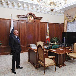 Tổng thống Nga Putin tại phòng làm việc ở tòa nhà Senate, đối diện với Quảng trường Đỏ. Tổng thống Putin đứng cạnh chiếc bàn làm việc putin