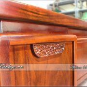 """Các chi tiết của bàn làm việc lãnh đạo cấp cao gỗ tự nhiên. Được thiết kế thành nhiều khối và giáp lại với nhất theo chuẩn phương pháp truyền thống của làng nghề Đồ Gỗ Đồng Kỵ. Sản phẩm có vừa """" Khe được về gỗ """" và vừa tạo nên sự thanh tao - Quyền lực và bề thế. Đồng thời tạo sự đẳng cấp bởi kiểu dáng và chất liệu sản phẩm."""