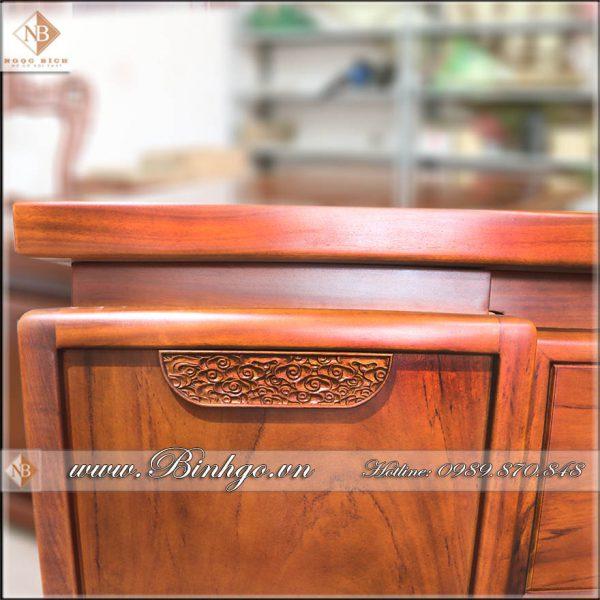 """Các khung tranh bàn đều được làm dày theo tỷ lệ 7x5cm. Tuy các khung gỗ được làm dày dặn, theo kiểu """"nồi đồng cối đá. Nhưng vẫn giữ được vẻ thanh nhã. Với đường nét sắc sảo. Mặt trước của bàn làm việc lãnh đạo gỗ tự nhiên mẫu hiện đại. Được điểm bới một họa tiết ( theo phong cách nghệ thuật trừu tượng) làm nổi bật chiếc bàn"""