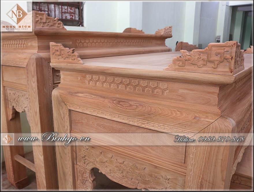 Mặt bàn thờ nhị cấp đục Sen được làm dày tới 1,5cm. Trong khi tiêu chuẩn chỉ cần 1,2cm. đồng thời mặt bàn là một tấm nguyên khối, không ghép.