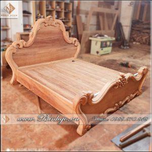 Sản phẩm giường ngủ tân cổ điển gỗ gõ đỏ, đang được sản xuất tại Xưởng Đồ Gỗ Ngọc Bích. Sản phẩm được thiết kế theo phong cách tân cổ điển. Phù hợp với những công trình Biệt thự, nhà lô phố, những căn hộ chung cư cao cấp.