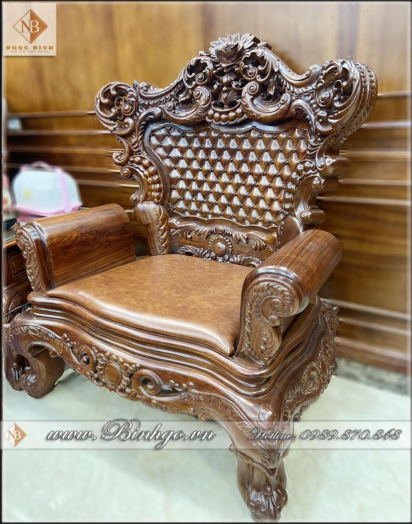 Ghế đơn của bộ Sofa Tân Cổ điển gõ Cẩm Lai nhập khẩu. Trong bộ sofa Louis 6 thì ghế đơn có 2 (hai) chiếc. Kẹp giữa hai ghế là chiếc bàn kẹp.