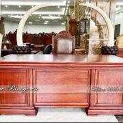 Bàn làm việc gỗ tự nhiên mẫu hiện đại - Gỗ Gõ Đỏ có kích thước: 197x89x77cm. Đây là chiếc bàn có kích thước tầm nhỏ và Trung Bình. Phù hợp với không gian làm việc từ: 16m2-25m2. Và độ rộng phía sau bàn là: 3m-4m.
