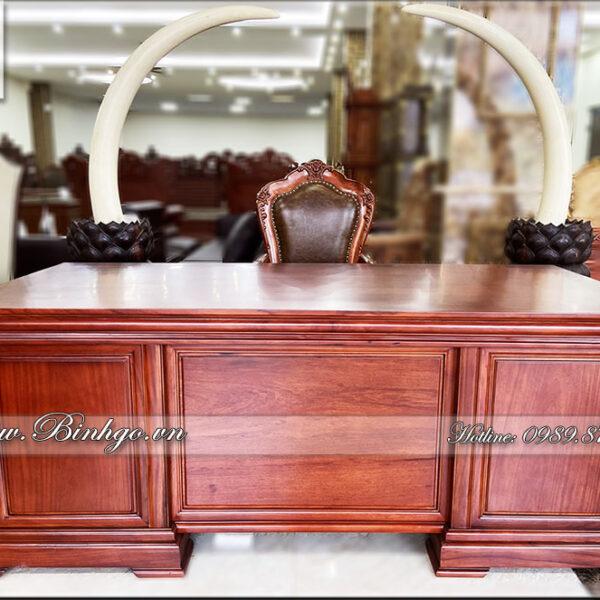 Phía trước sản phẩm bàn làm việc hiên đại gỗ Tự Nhiên ( Gỗ Gõ Đỏ). Sản phẩm được thiết kế theo phong cách hiện đại. Hoàn toàn không có họa tiết trang trí.