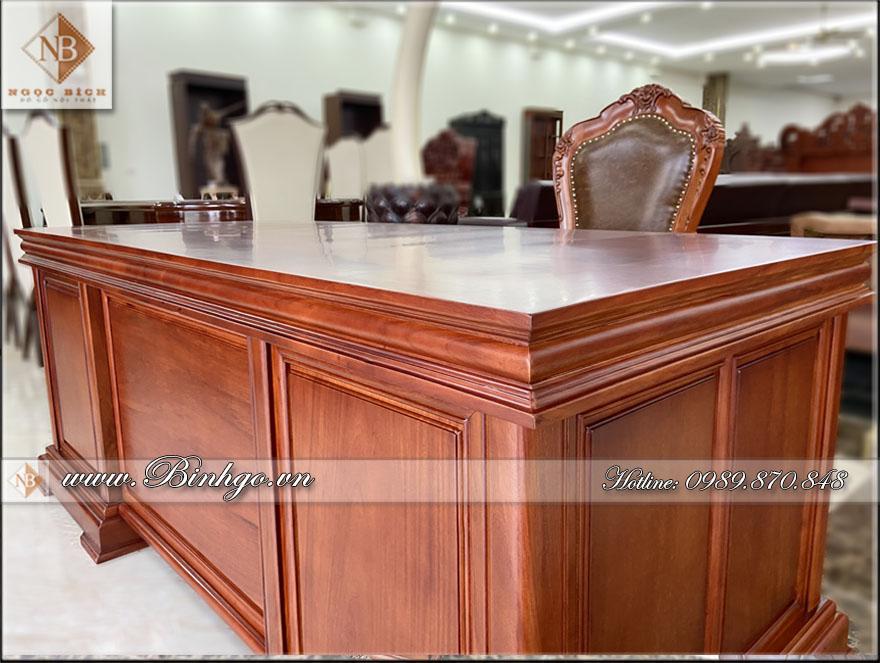 Mặt bàn làm việc gỗ tự nhiên được tạo hình bằng những đường nét nhẹ nhàng. Với hai khổi tròn và chữ nhật bo mép chạy dài. Tạo sự khỏe khoắn và phong cách.