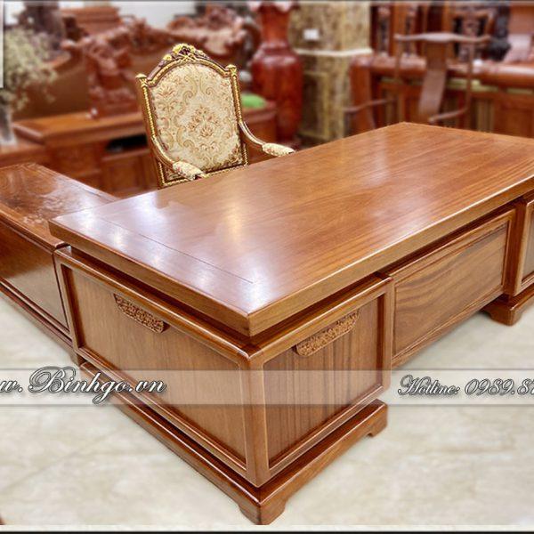 """Phía trước và hai bên hồi của sản phẩm Bàn làm việc gỗ tự nhiên phong cách hiện đại ( Bàn làm việc gỗ Gõ Đỏ ) Mã số: HĐ-06 được nhất bằng một họa tiết duy nhất. Tạo điểm nhấn cho chiếc bàn thêm nổi bật. Các đường viền và khung được làm toàn bộ bằng gỗ nguyên khối dày 10x7cm. Tạo cảm giác rất khỏe, đây giống như các mà CEO Bình Gỗ muốn để cho người dùng được """"khoe Gỗ"""". Thực sự chiếc bàn rất bề thế."""