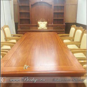 Bàn họp phòng lãnh đạo cao cấp. Được thiết kế theo phong cách tân cổ điển. Bàn họp 8 người gỗ tự nhiên. Kết hợp bàn làm việc gỗ tự nhiên ( gỗ Gõ Đỏ ). Đây đang là combo Nội thất phòng làm việc của lãnh đạo vip nhất hiên nay trên thị trường.