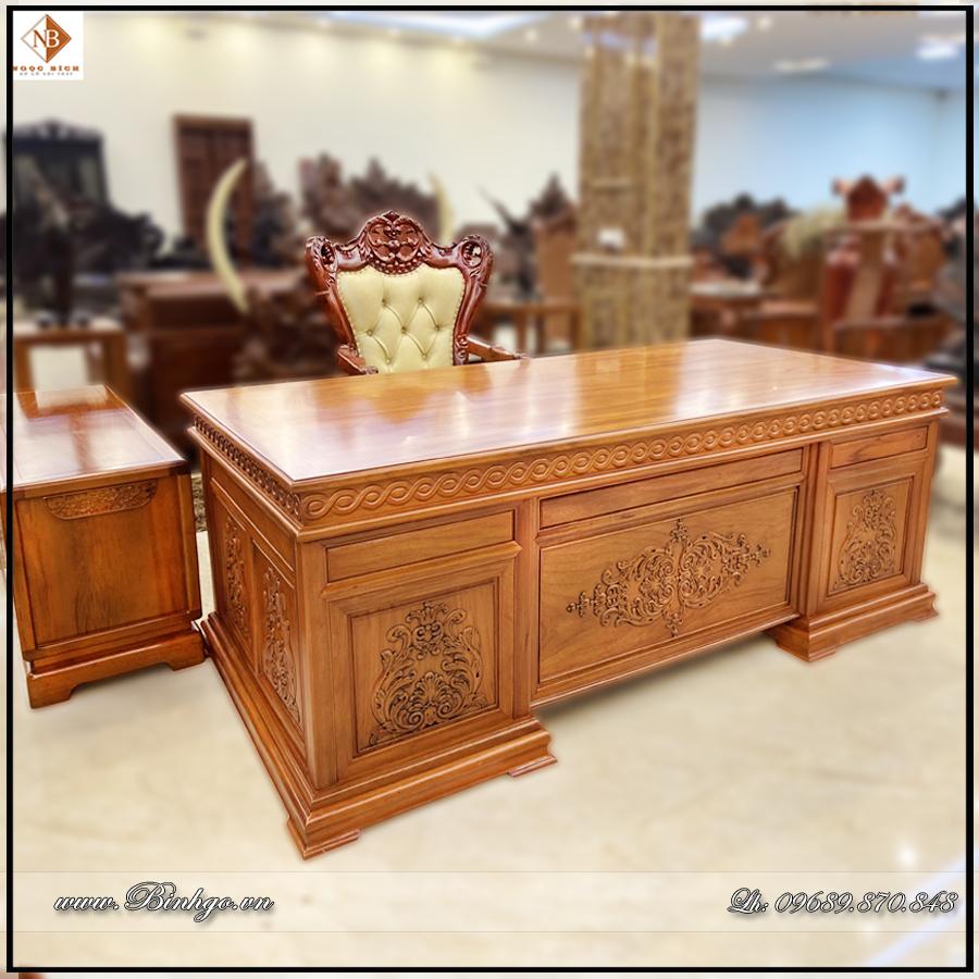 Bàn làm việc lãnh đạo gỗ Gõ Đỏ. Bên phải ghế ngồi là Tủ Thấp để tài liệu hoặc máy tính, thiết bị văn phòng. Kích thước: 133x48x61cm.