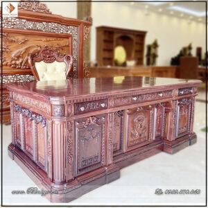 Bàn làm việc gỗ Cẩm Lai mẫu bàn tổng thống Mỹ. Được làm từ gần 1 Tấn gỗ Cẩm. Với khối lượng năng như vậy, nhưng nhà thiết kế đã tách riêng thành 4 khối. Do đó có thể di chuyển và lắp đặt ở nhiều địa hình mặt bằng làm việc.