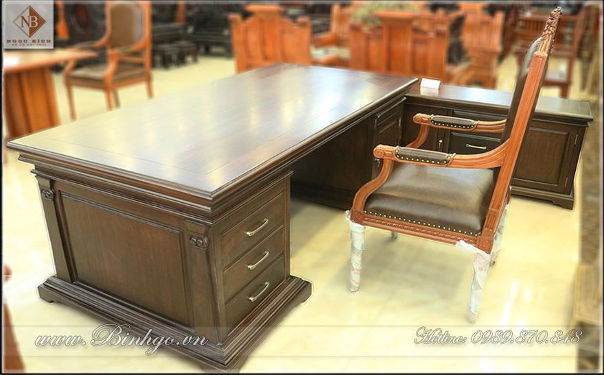 Phía sau bàn làm việc Giám Đốc mẫu Italy. Được thiết kế làm hai khoang. Khoang bên Trái ghế ngồi là 3 ngăn kéo và bên phải ghế ngồi là cánh mở rộng 47x107 cm. Có thế để được nhiều lại tài liệu khác nhau.