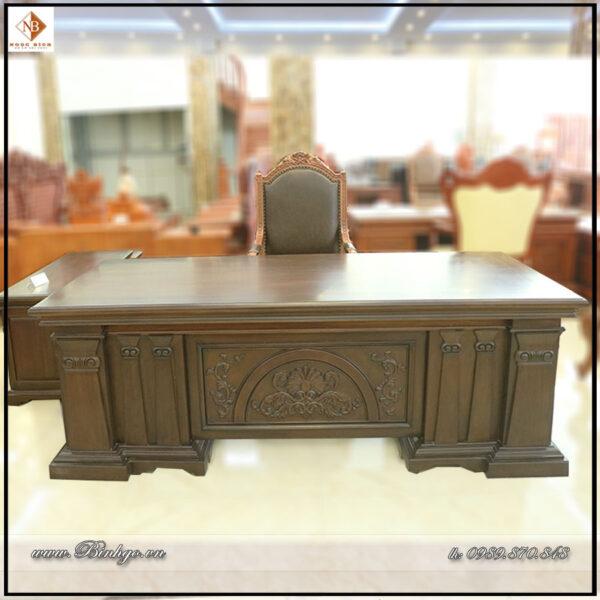 Bàn làm việc mẫu Italy năm 2021. Sản phẩm được thiết kế theo mẫu bàn giám đốc kiểu tân cổ điển Italy. Với kích thước: Dài 217 x Rộng 107 x Cao 77cm.