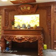 Hình ảnh sản phẩm Nội thất phòng thờ tại nhà khách hàng ở Hà Nội. Toàn bộ phòng thợ được làm bằng Gỗ Hương Đá, các hạng mục bao gồm: Sập thờ Tứ Linh gỗ hương đá, Quấn thư câu đối gỗ hương đá, vách ốp CNC gỗ hương đá.