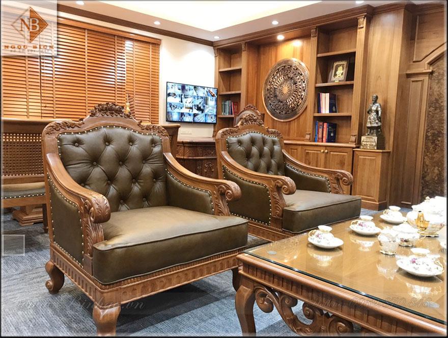 02 Ghế Đơn của Bộ Sofa, có kích thước: 90x81cm. Sản phẩm được bộc bằng da thật 100%. Các họa tiết được đục tỷ mỷ bằng tay bởi các nghệ nhân của làng nghề Đồng Kỵ.