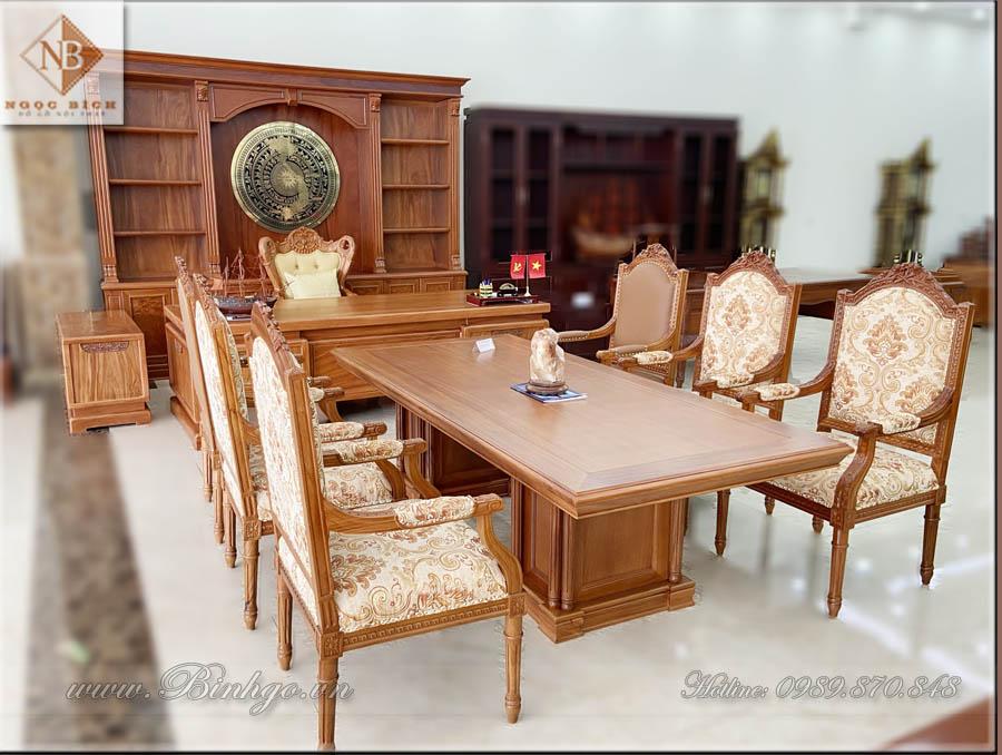 Bàn họp phòng lãnh đạo gỗ tự nhiên. Được làm bằng gỗ Gõ Đỏ cao cấp, kích thước: 240x110x77cm. Bàn họp này có thể ngồi được từ 6 đến 8 người ( tùy thuộc độ rộng của Ghế).