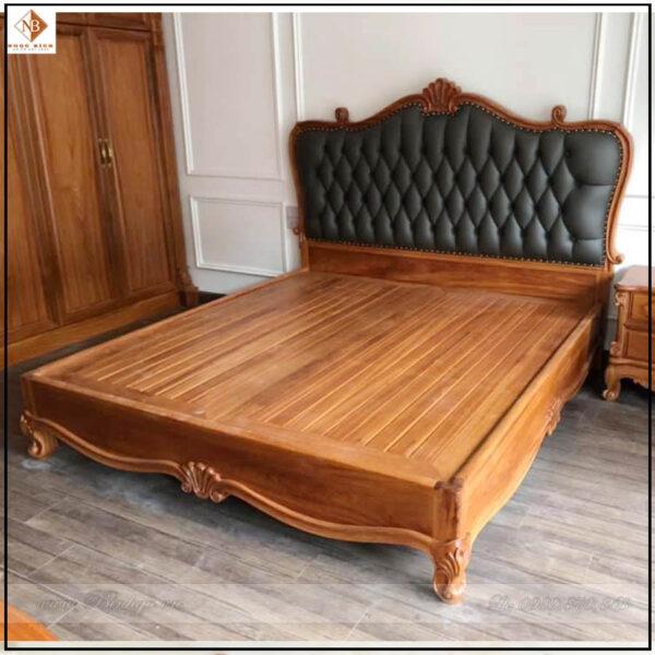 Giường ngủ Tân Cổ Điển Gỗ Gõ Đỏ năm 2021, được thiết kế nhẹ nhàng, với điểm nhấn là cụm hoa lá tây ở đầu giường. Thành giường được hạ thấp nhất có thể, để lộ nguyên đệm giường. Giường có kích thước: 1800x2000mm.