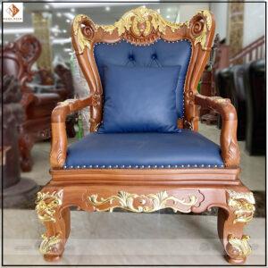 Ghế Chủ tịch, lãnh đạo được làm bằng chất liệu gỗ Gõ Đỏ, toàn bộ họa tiết được đục rất tinh xảo. Các họa tiết chính cũng được mạ vàng 18k cao cấp