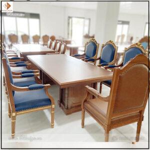 Bàn họp và ghế họp phòng chủ tịch được làm hoàn toàn thủ công bằng tay. Các hoa văn được chạm khắc theo chuẩn mẫu của Ghế Putin. kích thước ghế: D61xS61xC127cm. Ghế có thể dùng ngồi với bàn họp hoặc bàn làm việc có độ cao từ 75cm đến 81cm. Bàn họp và ghế họp phòng chủ tịch được làm hoàn toàn thủ công bằng tay. Các hoa văn được chạm khắc theo chuẩn mẫu của Ghế Putin. kích thước ghế: D61xS61xC127cm. Ghế có thể dùng ngồi với bàn họp hoặc bàn làm việc có độ cao từ 75cm đến 81cm.